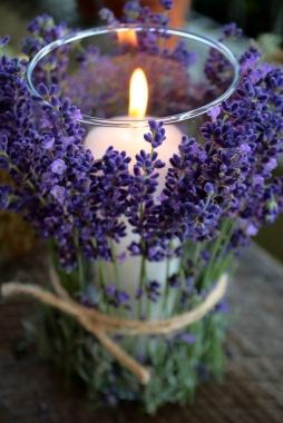 Levendula gyertyadekoráció / Lavender candel decoration Forrás:http://kchandlerweddings.blogspot.hu